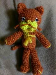 手編みのあみぐるみ、マフラーネコ、赤