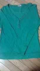 レトロガールの緑色で襟のボタンもオシャレです。