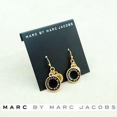 新品/MARC BY MARC JACOBS/定番ロゴピアス/金X黒メール便