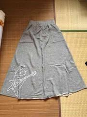 定形外込。mintneko・ギタリストネコ柄ロングスカート。グレー