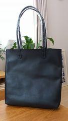 新品タグ付*リバーシブル合皮/フェイクレザートートバッグ 無地×ボタニカル柄 ブラック