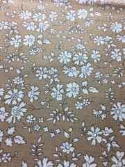 リバティ生地です。ベージュ系に白い小花の