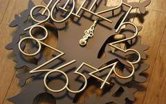 大きく枝を広げたモチーフ木に立体的なゴールド文字盤時計/新品