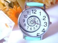 ぐるぐる時計盤のお洒落な腕時計(ミント