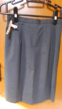 �H 濃いグレーのスカート