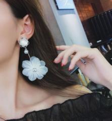 新品【7255】大きい白花がとっても可愛いピアス