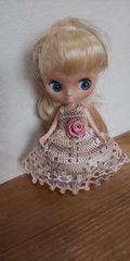 プチブライス薄茶×ベージュのレース編みドレス