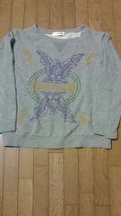 胸元に鷲のプリントがオシャレです。