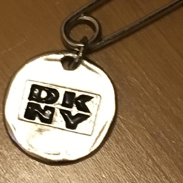 DKNY ピンブローチ スカートピン < ブランドの