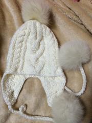 ポンポン付き白ニット帽