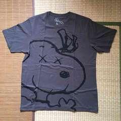 カウズ×ピーナッツ・スヌーピーイラスト柄Tシャツ。XLグレー