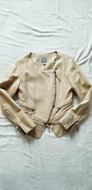 ★GAPベージュ羊本革ノーカラーライダースラムレザージャケット  < 女性ファッションの